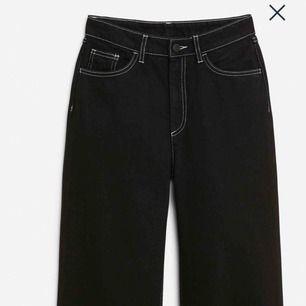 Sjukt snygga jeans från Monki, wide svarta jeans med vita sömmar! Säljer pga för små. Original priset är 400kr. Skriv för fler bilder🥰💕💕