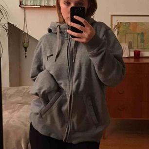 Skiiit snygg hoodie i felfritt skick Tycker den e snygg oversized och jag är xs-s men den passar såklart till L