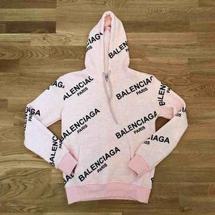 Balenciaga hoodie, jättemysig!  Aldrig använd så helt ny. Storlek XS/S. Ej äkta!