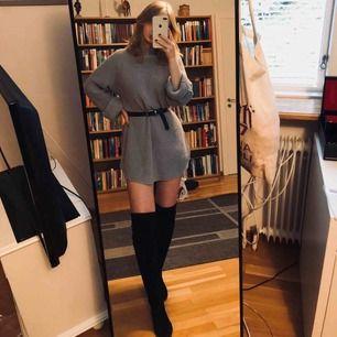 Klänning/stor tröja från Gina Tricot säljes pga inte använder mer. Väldigt bra skick. Jag är 166 och den är inte för kort för mig som klänning. Jättesnygg att styla med ett skärp i midjan😁