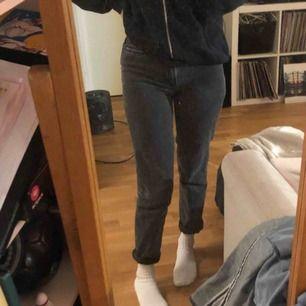 Svarta/gråa mom jeans köpta på urban outfitters i USA. Storleken är W24, men skulle säga att de är i small. Möts i Stockholm annars betalar köparen frakt.