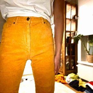 Coola Manchester byxor från Monki i senapsgul färg.    Jätte Fint skick! Jag är 163 cm o de sitter på mig som på bilderna.  Nypris 300 kr. Jag säljer för 169kr Frakt tillkommer