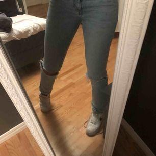 Säljer dessa svinsnygga jeans från killavdelningen på weekday i modellen Sunday med egenklippta hål. Sparsamt använda. Du står för frakt 💜 Nypris: 500kr (På sista bilden ser ni hur de ser ut på en kille)