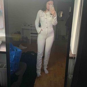 Jättesnygg jumpsuit i jeans från Boohoo som tyvärr måste hitta nytt hem pga flytt. Aldrig använd, prislappar sitter kvar!  Stretchigt material & sitter perfekt på kroppen!  Frakt  60kr