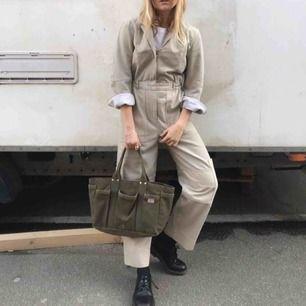 Asfin workwear overall från weekday köpt förra våren tror jag. Använd typ 2 ggr. Frakt tillkommer✨✨