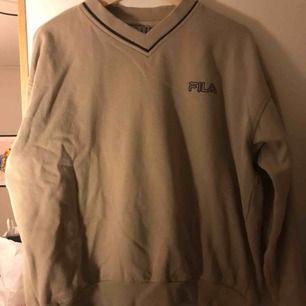 Fila sweatshirt köpt vintage! pyttesmå fläckar som knappt syns på framsidan, se andra bilden. Frakt tillkommer✨