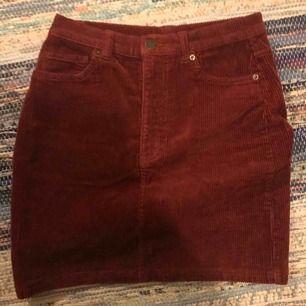 Vinröd manchesterkjol i jeansmodell från monki. Använd ytterst få gånger! strl 36 men skulle nog säga att den är stor i storleken. Frakt tillkommer✨