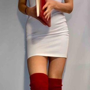 Vinröda knälånga strumpor som passar perfekt till klänningar, korta kjolar och långa hoodies. De är nästan oanvända och supermjuka och sitter tajt på benen!!! De ramlar inte ner! Pris för frakt kan tillkomma ❤️