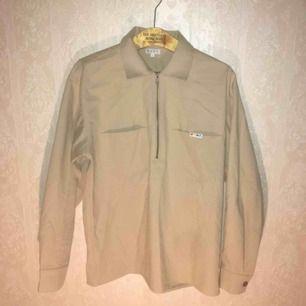 Snygg skjort-jacka från SCRT i en khakifärg. Skön bomullskvalitet. FRI FRAKT.