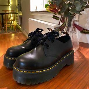 Nya snygga Dr.Martens HOLLY snörskor. Jag har använt dom 5 gånger. Nypris: 1845:-   Med skon kommer 2 skosnören, ett i siden och ett vanligt.   Storleken är 41 men har 40 i vanliga fall.