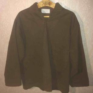 Brun arbetsskjorta från Olive Menswear. Fantastisk bomullskvalitet. Storlek Onesize, ganska oversized på mig som normalt har Small. FRI FRAKT.