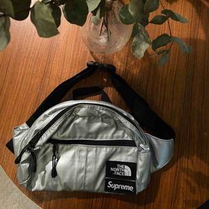 Supreme x The North Face bum-bag i silver. Snygg och praktiskt. Har används en del.
