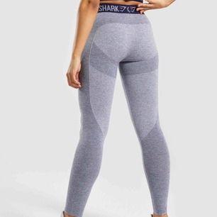 Ett par träningsleggins från gymshark i modellen flex, stretchiga samt i väldigt bra skick då dom använts ca 2 ggr💓💓 (budet ligger på 310kr)