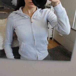 Juciy couture hoodie i finaste ljusblåa färgen 💕 Är använd en del så tvättad så inte mjuk som från början och tappat några stenar på dragkedjan. Ny:1500:- frakt:59:-