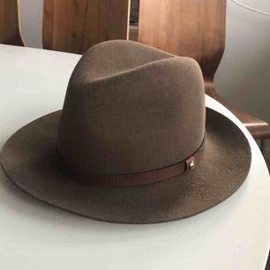 Rag & bone floppy brim fedora hat. 100% ull, tillverkad i USA. Nypris ca: 1800kr Storlek: M/56  Ny med tag.