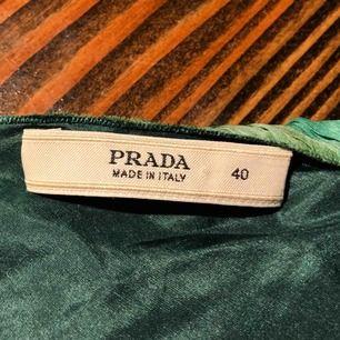 Säljer min 100% äkta gröna Prada klänning köpt i LA för ca 12000kr på en vintagebutik. aldrig använd så i nyskick! Har inte kvar någon äktighetsbevis därav de billiga priset. Perfekt om man vill gynna sig med en fin klänning till fest eller bal!