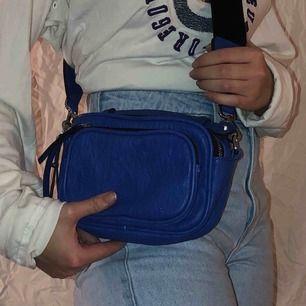 En snygg blå väska från accent  Kan posta för fraktkostnad