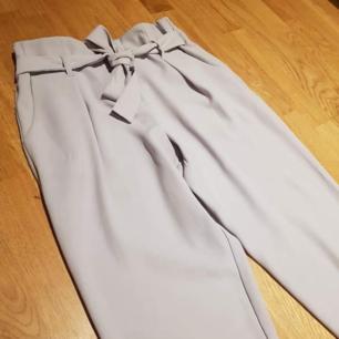 Snygga grålila/ lavendelfärgade kostymbyxor i storlek 34. Från River Island!  Möts i Örebro eller Stockholm!