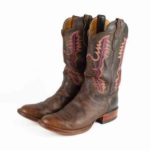Vintage 70s 80s Justin leather cowboy boots in brown with embroidered stitching in yellow and pink Some signs of wear  Label: 40, feels true to size, maybe will fit 39-39.5 Free shipping! Read the full description at our website majorunit.com No returns