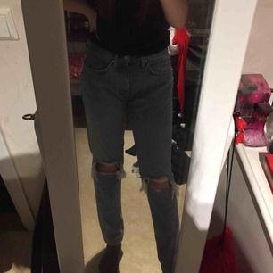 Ljusblåa jeans med hål i knäna från Karve köpta på Carlings. Killstorlek W 30, Irregular fit, köpte för att använda som boyfriend jeans men blev inte nöjd. Endast använda när jag testat de. Nyskick. Nypris 799kr.