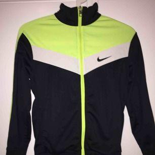 Riktigt snygg tröja från Nike. Barnstorlek M, 137-147 cm, 10-12 år. Bra skick. Köpt här på Plick men är tyvärr för liten för mig. Köparen betalar för frakt.