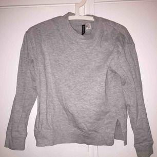 Grå tröja med slitsar på sidorna från H&M. Storlek XS. Bara använd när jag testat den. Bra skick. Köparen betalar för frakt.