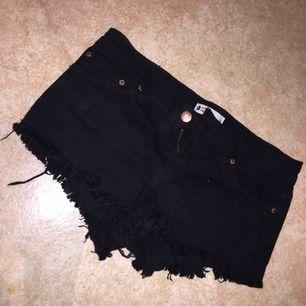 Svarta lågmidjade shorts från Gina Tricot i storlek 34. Väldigt små i storleken enligt mig men har inte använt de på ett bra tag. Sparsamt använda, bra skick. Köparen betalar för frakt.