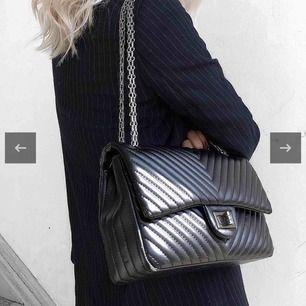 """Beställde en superfin väska från Saint Sam som tyvärr inte kommit till användning. Den heter """"Olivia väska"""" och nypris är 699kr. Säljer för 400kr eller bud."""