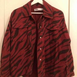 Jacka från Zara i storlek xs. Använd antal gånger, mycket bra skick.  200kr, köpare står för frakt.
