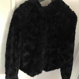 """""""Curl hoody faux fur"""" Svart fakepäls-jacka i fint skick, inga defekter. Nypris 500kr, säljer för 250kr + frakt. 😊"""