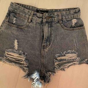 Snygga slitna shorts. Säljer pga för stora för mig.