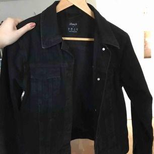 Snygg jeansjacka perfekt nu till våren! - köpt i London - använd endast några gånger - skriv för fler bilder - kan frakta eller mötas upp i sthlm -
