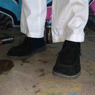 Supersnygga svarta mockaskor i stl 45. Skorna är något små i storleken. Märket är Disel. Hör av er för fler bilder. Köparen står för frakten!