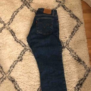 raka jeans från Levis! storlek 27/28 så fina verkligen! 💕