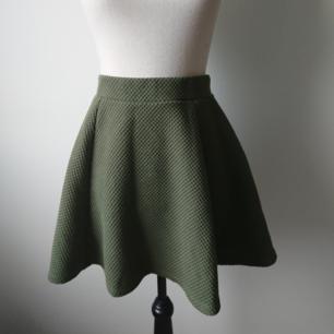 Grön kjol från H&M. Dragkedja i bak. Begagnat men bra skick. Spår av användning finns men hel och ren.