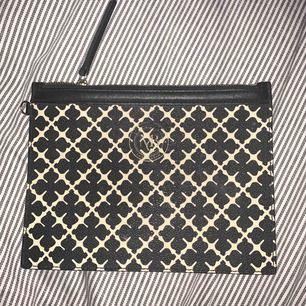 Säljer min super fina plånbok/väska från Malene Birger. Aldrig använd men väldigt fin!! Frakt ingår i priset