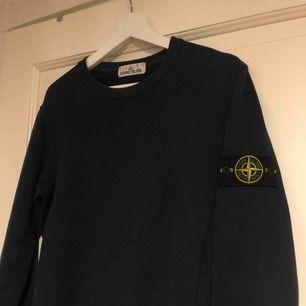 En stone island tröja i bra skick, självklart äkta. Finns qr-kod att scanna. Den är marinblå och i storlek S.