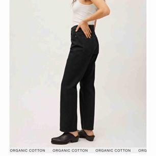 (Lånade bilder från weekdays hemsida) Säljer mina svarta jeans från weekday i modellen Voyage. Sitter väldigt bra och är pösiga nertill. Väldigt gott skick! 🖤