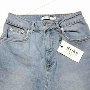 Ett par jätte fräscha ljusblåa mom jeans från nakd, aldrig använda, lappen kvar. Dragkedjan är sönder men går att knäppa lite mer än halva (se bild 3) o märks inte alls när man har de på sig, frakt tillkommer💕