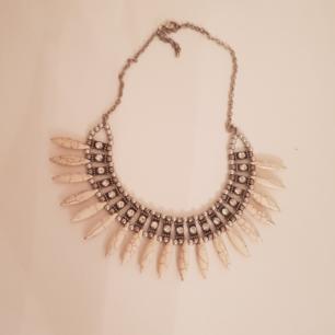 Halsband med snäck och sten dekoration.