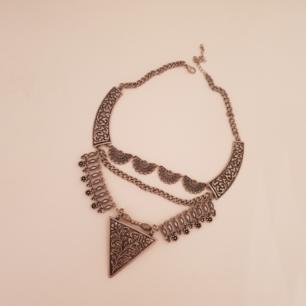 Snyggt halsband med mönster på.
