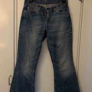 Blå Levi's jeans med lågmidja och väldigt vida. Inget fel med dem förutom att märkeslappen är lite sliten som man ser på sista bilden.