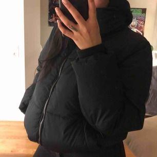 Kortare puffer jacket i stl m, con 7/10  Endast använd fåtal gånger.   Köpare står för frakt eller möts i Göteborg 🥰