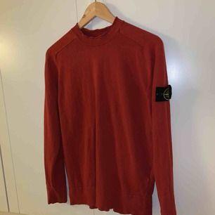 Röd Stone Island tröja i fint skick köpt på Stone Island butiken i New York för 230 dollar (ca 2200 kr). Frakt ingår vid snabb affär