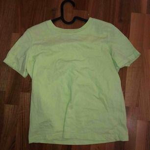 Neon tröja från bershka. Helt oanvänd men behövd strykas. Färgen kom inte helt fram på bilden men den är som sagt neon grön.