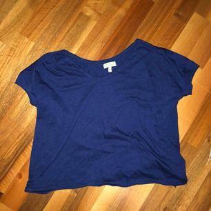 Marinblå T-shirt från en butik i spanien jag inte minns namn på. Jätte bra skick.