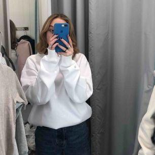 Jag säljer en supersnygg vit sweatshirt som är i storlek XL men passar mig som är en S, men oversized.
