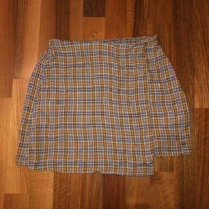 Jättefin kjol från pull&bear. Helt oanvänd med prislapp. Frakt tillkommer
