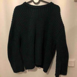 Stickad tröja från MANGO. Använd ca 4 gånger. Mörkgrön färg. Har XS och denna är i M så på mig sitter den lite oversize.