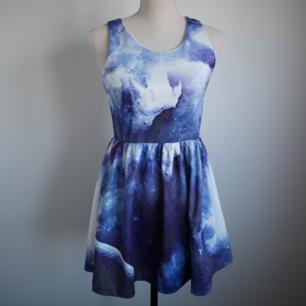 Klänning med galaxy print från Romwe Begagnat men bra skick. Spår av användning finns men inga större fel.
